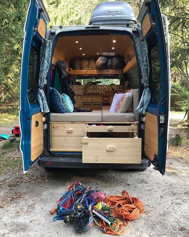 Opel Vivaro Camper, Selbstausgebauter Opel Vivaro von Izzy & Laurie